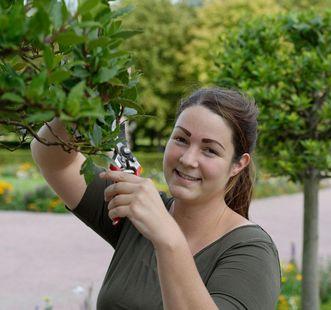 Schlossgärtnerin Sandra Martin im Garten von Schloss Weikersheim