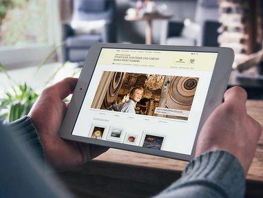 Ein Mann schaut unsere Internetseite an