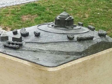 Modell von der Grabkapelle auf dem Württemberg. Sie dürfen das Modell anfassen