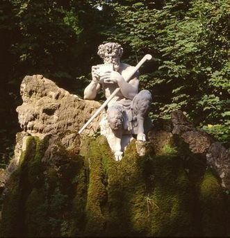 Skulptur des Hirtengottes Pan im Schlossgarten Schwetzingen