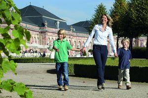 Mutter mit zwei Kindern im Schlossgarten Schwetzingen; Foto: Staatliche Schlösser und Gärten Baden-Württemberg; Niels Schubert