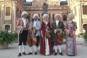 Musiker des Quantz-Collegiums vor Schloss Favorite Rastatt; Foto: Quantz-Collegium